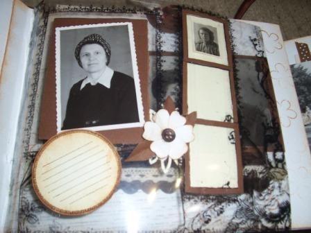 вот здесь фото моей бабушки (та что поменьше с фронтовой книжки, она воевала в 1941-45гг)оформлено на пластиковой страничке