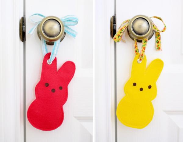Пасхальные зайцы висят на двери